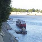 La seule péniche sur le Grand Rhône en Arles